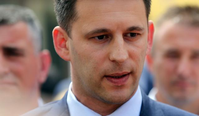 Podpredsednik hrvaske vlade in predsednik stranke Most Bozo Petrov je na novinarski konferenci povedal, da Most ne bo sodeloval v poskusih preoblikovanja vlade, ce se bo sef HDZ Tomislav Karamarko odlocil zrusiti vlado premierja Tihomirja Oreskovica.