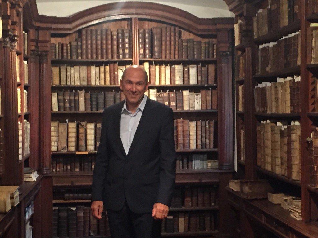 """Janez Janša v knjižnici Janeza Vajkarda Valvasorja, ki jo je poimenoval """"svetišče besed z dušo."""""""