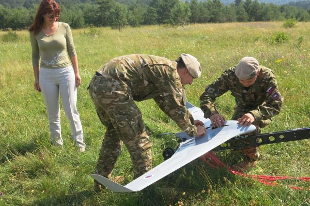Odslej se bo ministrica Katičeva pripeljala do vojakov, ki nimajo osnovnih potrebščin, s prestižnim BMW-jem (foto: STA)