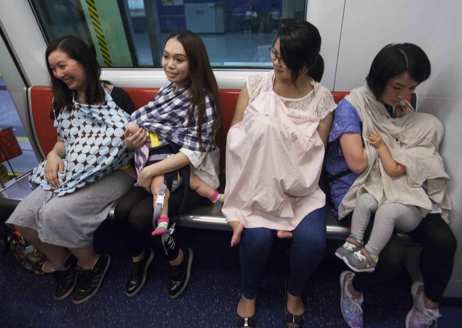 Tako pa dojijo v javnosti v Hongkongu (foto: epa)