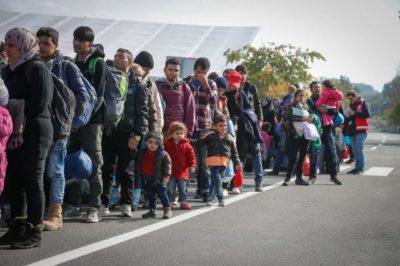 Migranti na poti iz Slovenije v Avstrijo na mejnem prehodu Sentilj. Foto STA