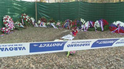 Dostop do groba, kjer bi lahko prižgali svečko padlim žrtvam povojnih pobojev, je nemogoč. Foto: J. T., Nova 24tv