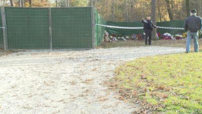 Varnostnik ne dovoljuje nikomur, da bi hodil blizu groba žrtev po 2. svetovni vojni. Prepovedano se je zadrževati približćno sto metrov okrog in okrog te železne ograje. Foto: J. T., Nova24tv