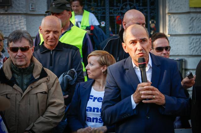 Tožila bosta tudi Janez Janša in Ivan Črnkovič (Foto: STA)
