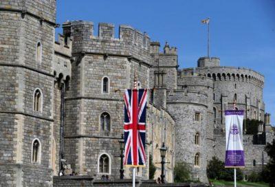 Zastava pred gradom Windsor, kjer bosta prenočila Trump in Melanija (Foto: sta).