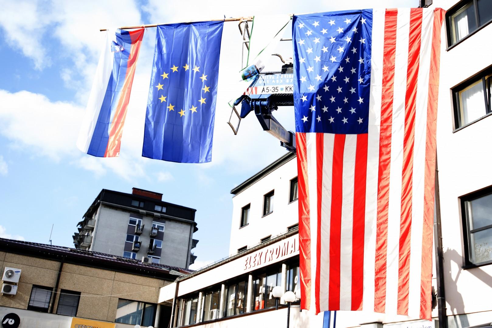 V Sevnici so izobesili kar tri zastave (foto: epa)