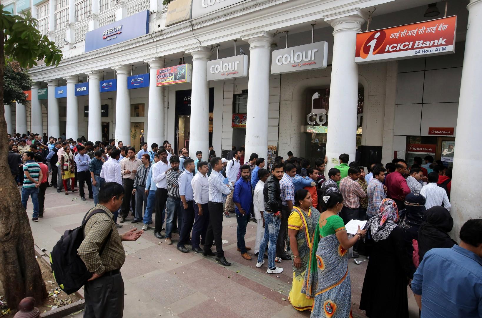 Ljudje v Indiji stojijo v dolgih vrstah za menjavo denarja (foto: epa)