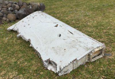 (Del letalskega krila, ki ga je naplavilo na obalo otoka Reunion.) Foto: STA