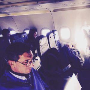 """Borut Pahor se je v stilu """"paparaco fotk"""" slikal na letu v Jordanijo. Da so poleg njega tudi ljudje, ki spijo, Pahorja očitno ne zanima."""