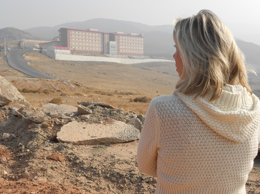 _15__-_norine_brunson_stands_below_izmirs_harmandanli_detention_center_where_her__husband_had_been_held_since_oct-_20-1
