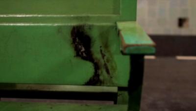 (Klopca na kateri je bil moški zažgan)Foto: YouTube