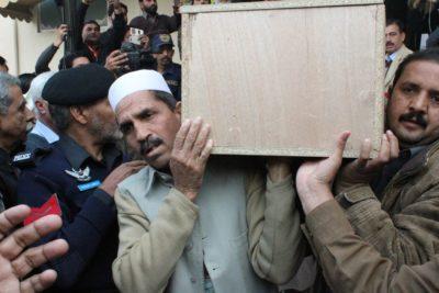 Pakistanci žalujejo za umrlimi v letalski nesreči (Foto: epa).