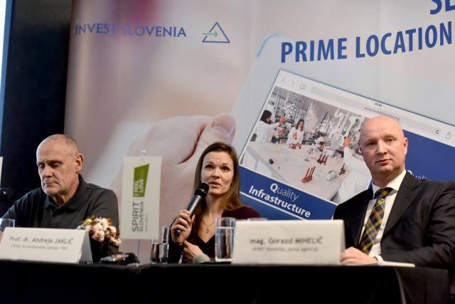 Matija Rojec in Andreja Jaklič s Centra za mednarodne odnose FDV ter Gorazd Mihelič, direktor agencije Spirit, (foto: STA)