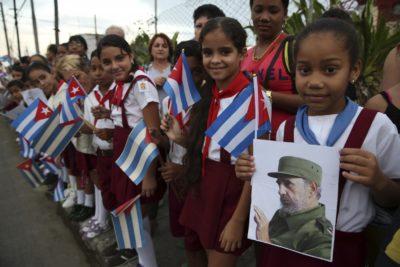 Otroci se poslavljajo od velikega diktatorja (Foto: sta).