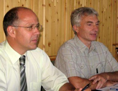 Direktor Zavoda za gozdove Slovenije Jost Jaksa in direktor blejske obmocne enote Andrej Avsenek. (Foto: sta).