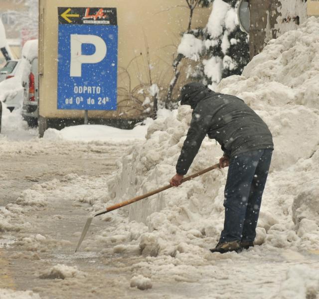 Čiščenje snega z ulic (Foto: STA)