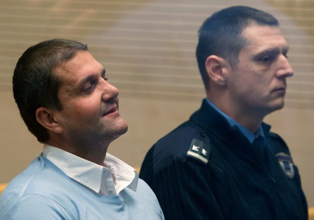 Domnevni vodja prekupčevalcev s prepovedanimi drogami v Evropi Darko Šarić na posebnem sodiscu v Beogradu. (foto: STA)