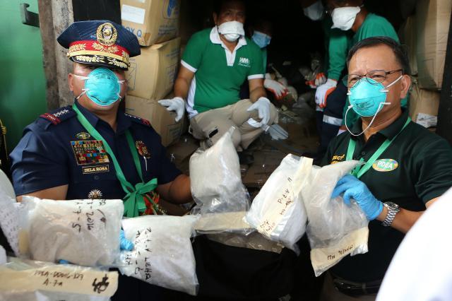 Filipinska policija med eno do preiskav, v kateri so zasegli večjo količino prepovedanih drog. (Foto: STA)