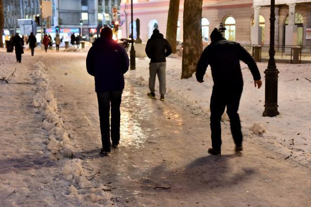 Nevaren led v središču Ljubljane (foto: STA)