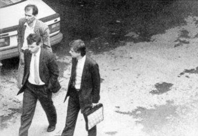 Foto: Wikipedia. Mož s kovčkom, ki Janšo pelje na zaslišanje, je Zvonko Hrastar.