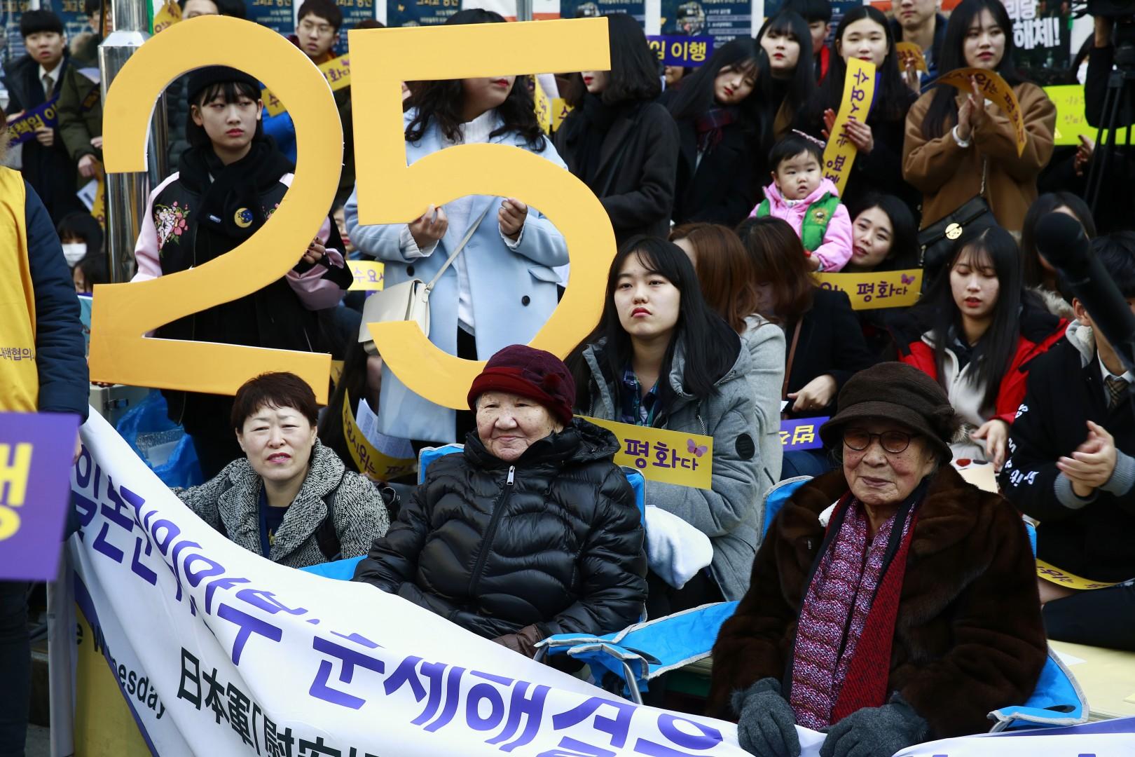 Protestov proti Japonski so se udeležile tudi nekdanje spolne sužnje med japonsko okupacijo (foto: epa)