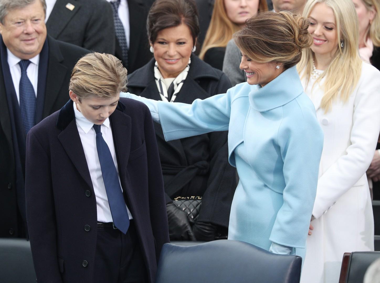 Barron z mamo Melanijo, v v ozadju pa dedek Viktor Knavs in babica Amalija Knavs.