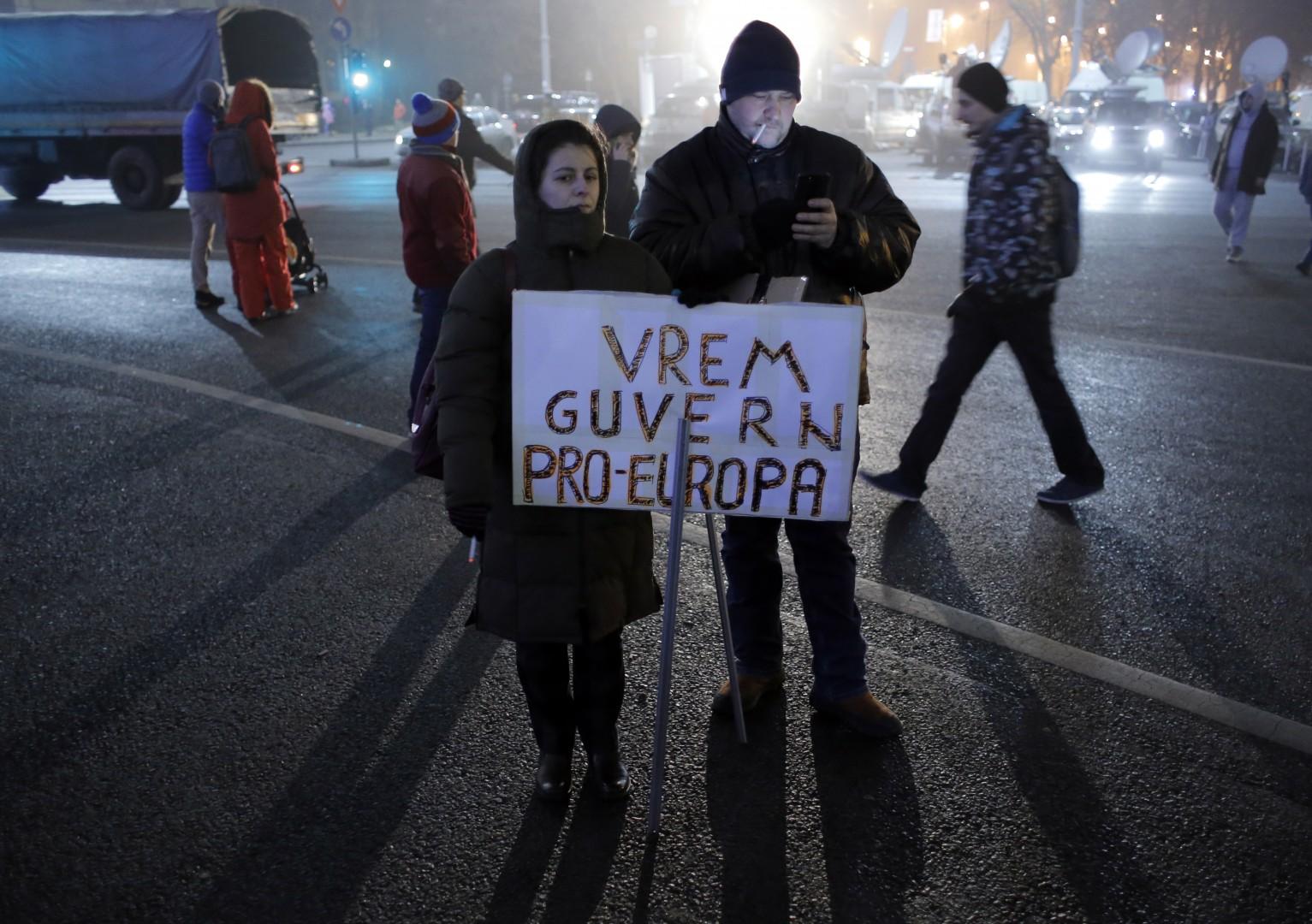 """Protestnika držita tablo z napisom: """"Želimo si pro-evropske vlade."""" (foto: epa)"""