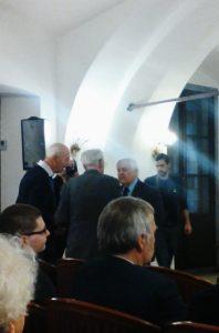 Foto: Milan Kučan je pred začetkom srečanja poklepetal s prisotnimi člani Foruma 21. Foto: M. S.