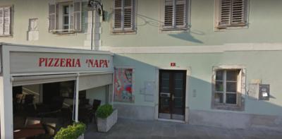 Mlajši storilec naj bi 53-letno umorjeno žensko vlekel mimo te picerije. Foto: google maps