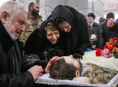 Pogrebna slovesnost ob smrti vojaka 72 brigade Leonida Dergacha 3. februarja 2017, ki je bil ubit na vzhodu Ukrajine v spopadu blizu mesta Avdiivka. Foto: epa