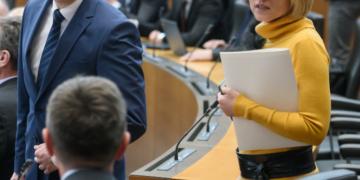 Zakaj Marjan Šarec ni nastavil v.d ministrico za kohezijo Aleksandro Pivec kot pa Alenko Bratušek? (foto: STA)