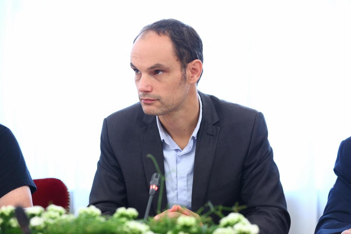 Janković je vso medijsko gonjo proti njemu naprtil Slovenski demokratski strani. Ljublanski mestni svetnik in poslanec Slovenske demokratske stranke, Anže Logar je dosegel, da so v Državnem zboru soglasno izglasovali, da se škodljiva gradnja kanala C0 prekine. (Foto: STA)