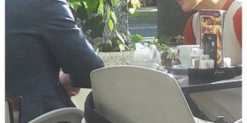 Vojaka globoke države Iztok Podbregar in Jasna Murgel kofetkata med delovnim časom. (vir bralec Nov24tv)
