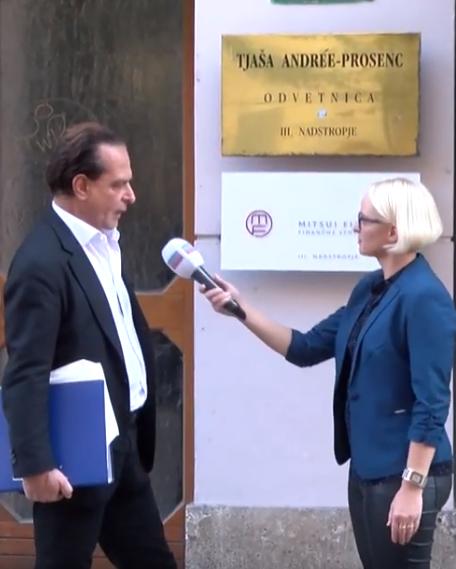 Marjanca Scheicher in Federico Pignatelli pred stavbo odvetnice Tjaša Andree Prosenc (vir Nova24tv)