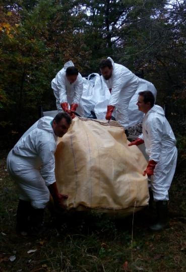 Komunalni delavci čistijo migrantsko svinjarijo. (foto Tjaša Kaluža, socialna omrežja)