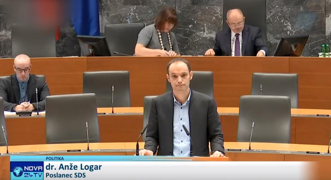 Anže Logar ob predstavitvi svojih sklepov na izredni seji Državnega zbora za ustavitev sporne gradnje kanala C0 (Foto: Nova24tv)