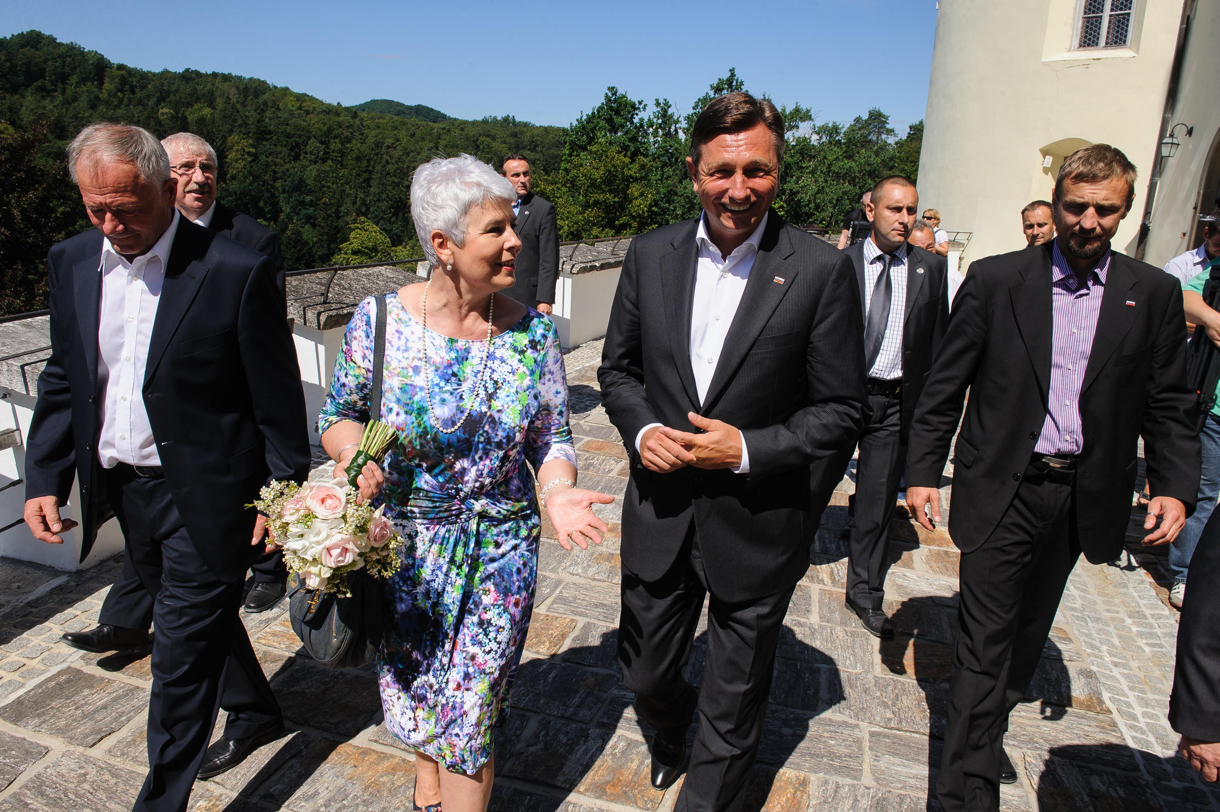 Bivša hrvaška premierka Jadranka Kosor in sedanji predsednik RS Borut Pahor, tedanji slovenski predsednik vlade, kjer se je vse skupaj začelo z odločitvijo, da bo Slovenija reševala težave s Hrvaško z arbitražo. Miha Pogačnik je zaradi tega nepreklicno odstopil pred desetimi leti. Danes so se njegove napovedi žal uresničile. (Foto: STA)