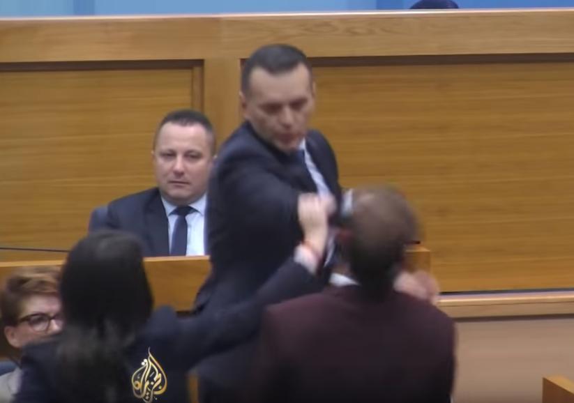Klofuta notranjega ministra Republike Srbske Dragana Lukača opozicijskemu poslancu Drašk Stanivukoviću. (Foto: Youtube)