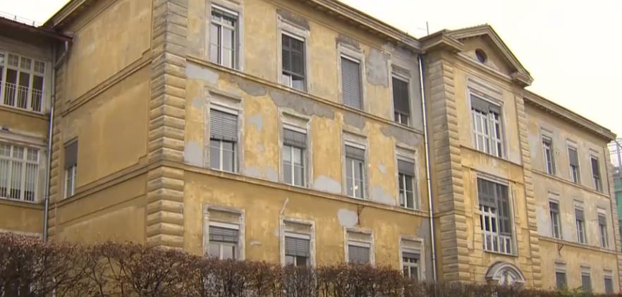 """Razpadajoča 120 let stara stavba gastroenterološke klinike. Rekordna proračuna za leto 2021 in 2022 kljub predvidenim 400 milijonom presežkov in """"najboljšem proračunu v Evropi"""" po besedah finančnega ministra Andreja Bertonclja. (Foto: Tednik RTV SLO)"""