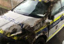 Umazano in razbito policijsko vozilo v območju Šentilja. (Foto: bralec Nove24tv.si)