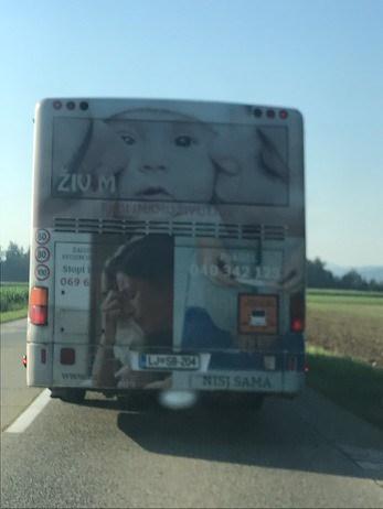 Eden izmed oglasov na ljubljanskem mestnem avtobusu Zavoda ŽIV!M . (Foto: Facebook)