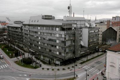 """Ne glede na objektivnost je RTV Slovenija bila vedno tihi podpornik levosredinskih strank in """"marksistične"""" ideologije. Za škandal so poskrbeli prav na prvi dan leta 2020, ko so vrteli posnetek silvestrovanja jugoslovanskega diktatorja Josipa Broza Tita iz leta 1972. (Foto: STA)"""