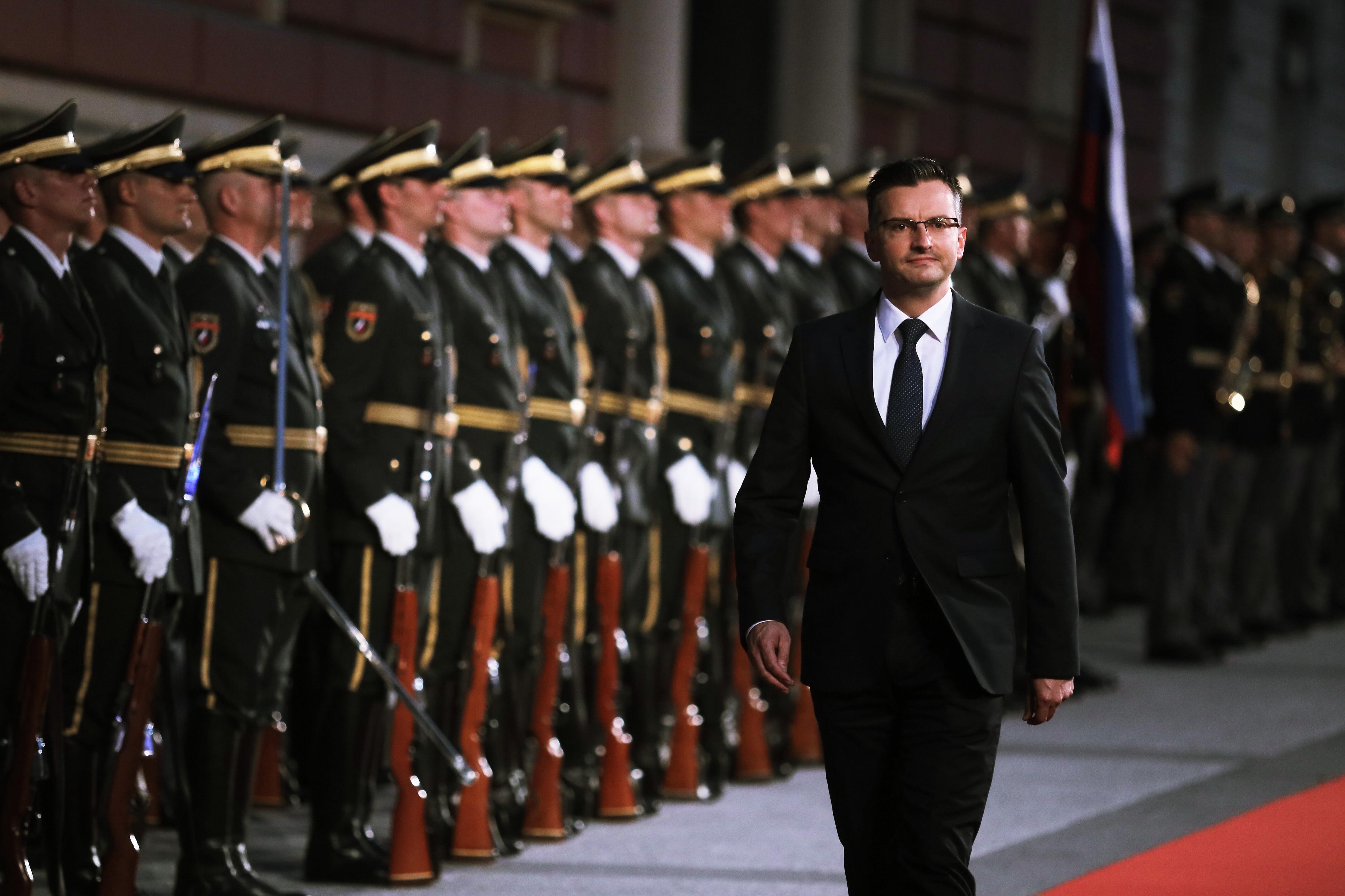 Predsednik vlade Marjan Šarec in v ozadju častna straža Slovenske vojske. (Foto: STA)