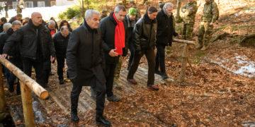 Saša Arsenovič se je v prvi vrsti sprehajal s slovenskih političnim vrhom na partizanski ceremoniji na Osankarici. (Foto: STA)