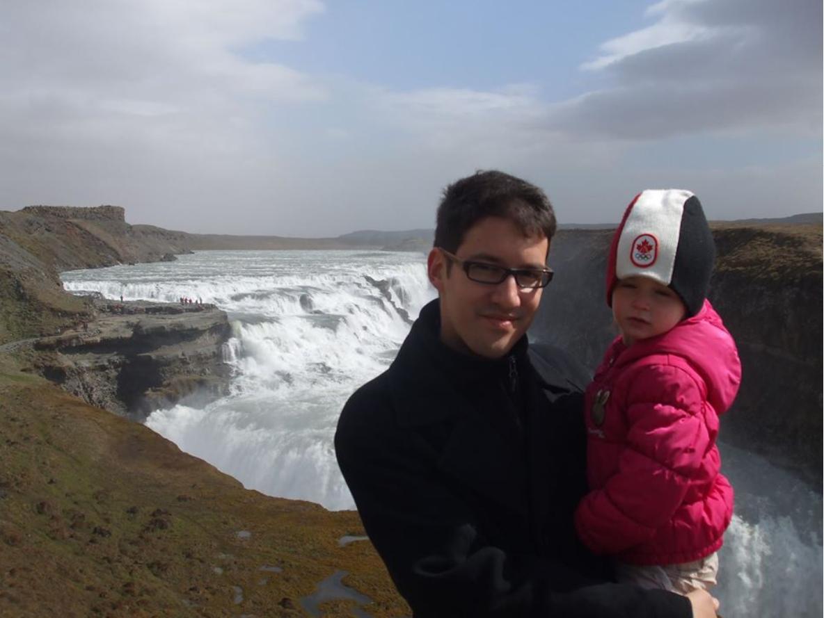 Mož Matjaža Konvalinke, Danijel Nurković s hčerko Ano v naročju. Fotografija je iz leta 2011. (Foto: Facebook)
