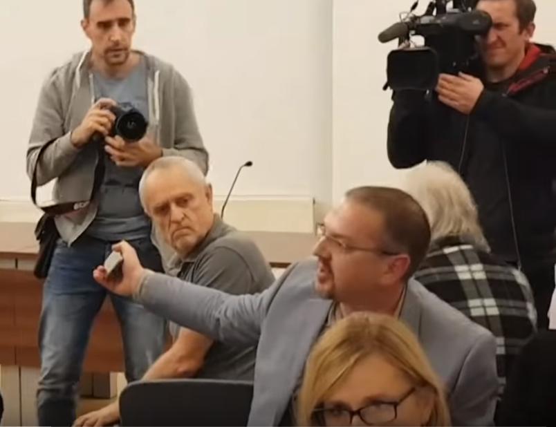 Domen Savič med svojim protestiranjem v Cankarjevem domu ob predstavitvi knjige Drugi spol avtorja Romana Vodeba. (Foto: Youtube)